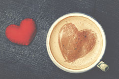 Schale Cappuccinokaffee mit Schaum in Form von Herzen auf Blau Stockbilder
