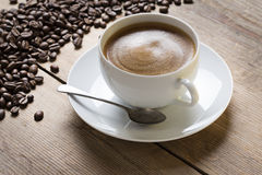 Schale coffe auf einer Untertasse mit einem Weinleselöffel Stockbild