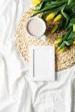 Schale coffe mit Blumen und Sketchbook stockfoto