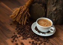 Schale coffe mit Bohnen Stockbilder