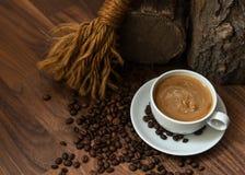 Schale coffe mit Bohnen Lizenzfreie Stockfotos