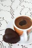 SCHALE COFFE MIT HERZ-SCHOKOLADEN-PLÄTZCHEN lizenzfreies stockbild