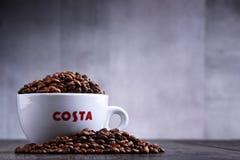 Schale Costa Coffee-Kaffee und -bohnen lizenzfreies stockbild