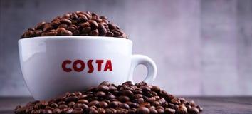 Schale Costa Coffee-Kaffee und -bohnen lizenzfreie stockfotos