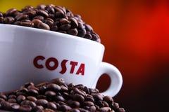 Schale Costa Coffee-Kaffee und -bohnen lizenzfreie stockfotografie