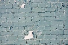 Schale des blauen Lackes auf alter Backsteinmauer Stockfoto