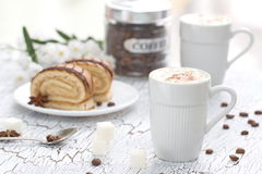 Schale des Cappuccinos und des Kuchens Stockfotos