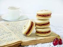 Schale des Espressokaffees und des französischen Makronennachtischs angefüllt mit cornel Stockfoto