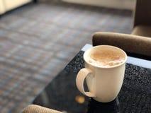 Schale des heißen geschäumten Getränks in der Landschaft Lizenzfreie Stockfotografie