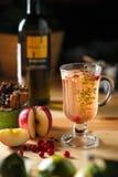 Schale des heißen Getränks mit Apfel Lizenzfreie Stockbilder