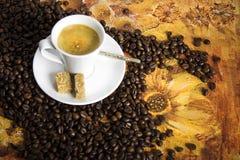Schale des heißen Getränks mit Kaffeestrahlen Stockbild