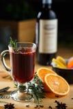 Schale des heißen Getränks mit Orange Lizenzfreies Stockfoto