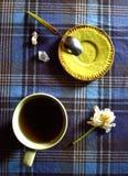 Schale des heißen Getränks mit weißer Tulpe und wenigem Teller Lizenzfreies Stockbild