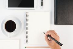 Schale des heißen Kaffee- und Mannhandschriftnotizbuches auf weißem backgr Stockfoto