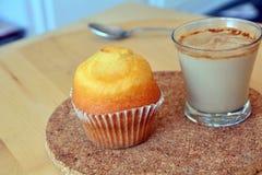 Schale des heißen Kaffees und des selbst gemachten süßen Muffins Lizenzfreies Stockfoto