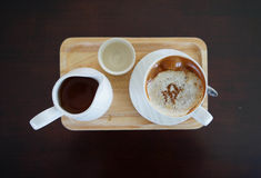 Schale des heißen Kaffees und des tae Topfes stockfotografie