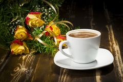Schale des Kaffees mit Bündel Rosen Stockbild