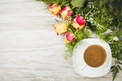 Schale des Kaffees mit Rosen Stockbild