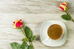Schale des Kaffees mit Rosen Stockbilder