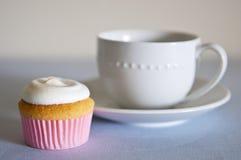 Schale des kleinen Kuchens und des Tees stockbild
