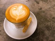 Schale des Latte- oder Cappuccinokaffee- und -keksplätzchens Stockbild