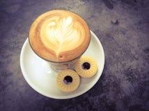 Schale des Latte- oder Cappuccinokaffee- und -keksplätzchens Lizenzfreies Stockfoto