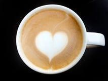 Schale des Lattekunstkaffee-Herzsymbols stockfotografie