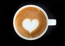 Schale des Lattekunstkaffee-Herzsymbols lizenzfreies stockfoto