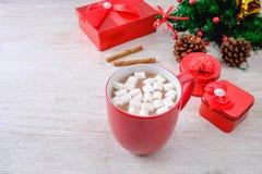Schale des roten Schokoladenkakaos und der roten Geschenkbox mit Weihnachtsbaum stockfotografie