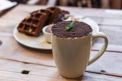Schale des Schokoladenmokkas mit Schokoladenwaffeln stockbilder