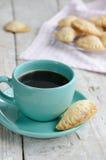 Schale des schwarzen Kaffees und der frischen Bäckerei Stockfoto