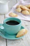 Schale des schwarzen Kaffees und der frischen selbst gemachten Bäckerei Lizenzfreies Stockfoto