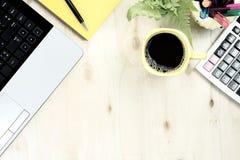 Schale des schwarzen Kaffees und der labtop Tastatur mit Finanzbürozubehör Stockfotos