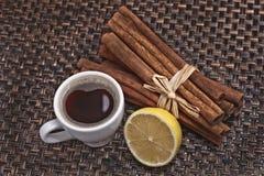 Schale des schwarzen Kaffees und der Zitrone Stockfotografie