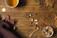 Schale des T-Stücks auf Holztisch, Herbststimmung Stockbild