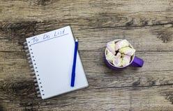 Schale Eibische mit Notizbuch auf hölzernem Hintergrund stockfotos