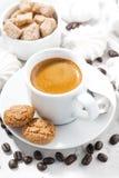 Schale Espresso und süße Plätzchen auf einer weißen Tabelle, vertikal Lizenzfreies Stockbild