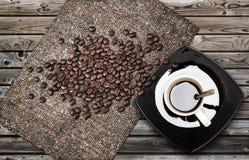 Schale Espressokaffee mit Bohnen und Segeltuch Stockfotos
