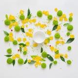 Schale für Kaffee oder Tee mit Muster mit den Blumenblättern Stockbilder