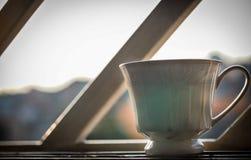 Schale fotografiert über dem offenen Fenster, hintergrundbeleuchtet Stockfotos
