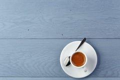 Schale frischer Espresso auf Weinleseblautabelle Stockbild