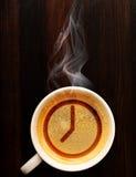 Schale frischer Espresso mit Uhr Stockbild