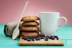 Schale geschmackvoller Kaffee mit Nüssen und Keksen über Weinleseholztisch Stockfotografie