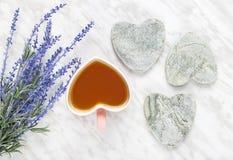 Schale gewürzter Tee- und Blaulavendel Stockbild