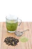 Schale grüner Tee der heißen Milch, Messlöffel, Pulver des grünen Tees und Lizenzfreie Stockfotos