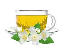 Schale grüner Tee mit den Jasminblumen lokalisiert auf Weiß Lizenzfreie Stockfotografie