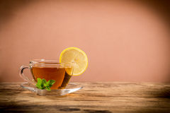 Schale grüner Tee mit tadellosem Blatt und Zitrone Lizenzfreies Stockfoto