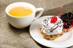 Schale grüner Tee und Kuchen Stockfotografie