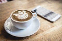 Schale gr?ner Tee Lattekunst auf Holztisch lizenzfreie stockbilder