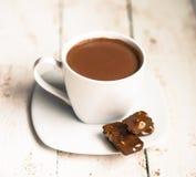 Schale heiße Schokolade auf hölzernem Hintergrund Stockfoto
